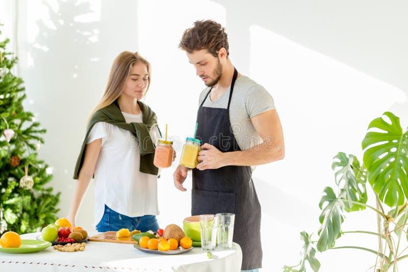 Gezonde ontbijtjongeren die voor hun gezondheid zorgen stock afbeelding