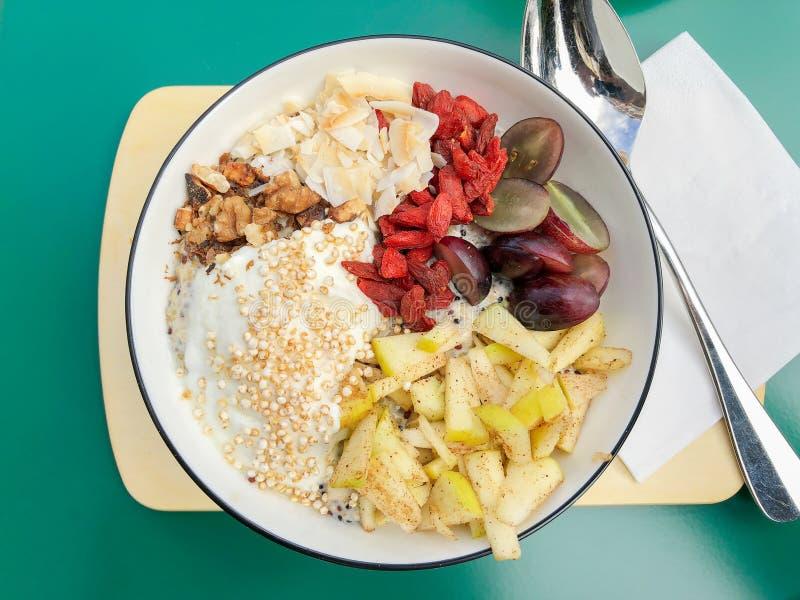 Gezonde ontbijtkom met vers fruit en superfood gojibessen en chiazaden royalty-vrije stock afbeelding