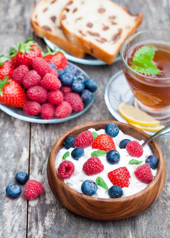 Gezonde ontbijtkwark met bessen en melissa thee royalty-vrije stock fotografie