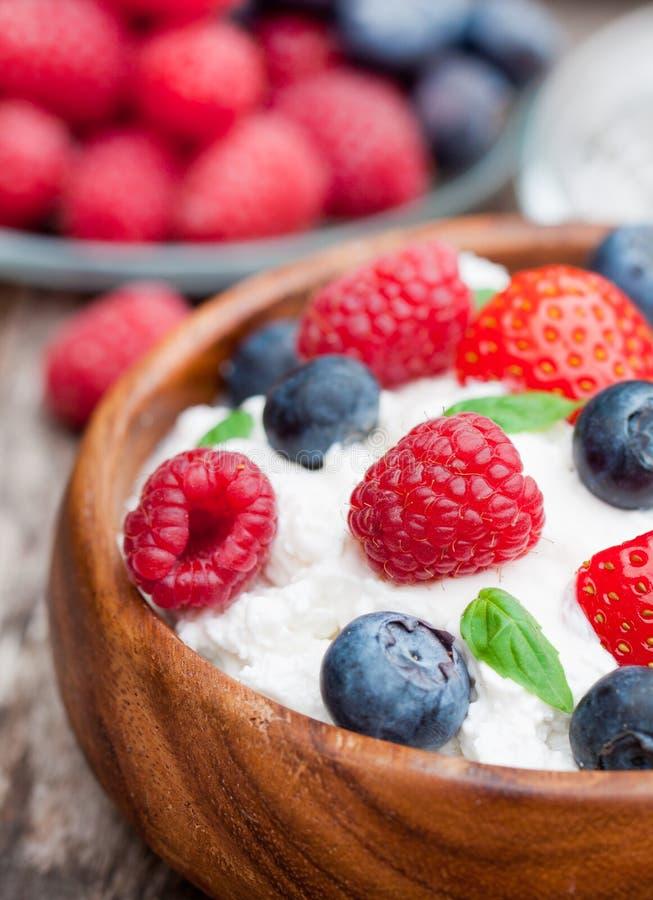 Gezonde ontbijtkwark met bessen en melissa thee stock afbeelding