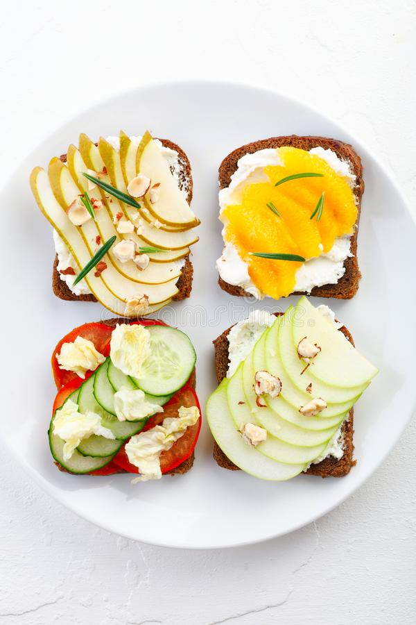 Gezonde ontbijttoosts met vruchten en groenten, kaas, noten en gekruid royalty-vrije stock foto