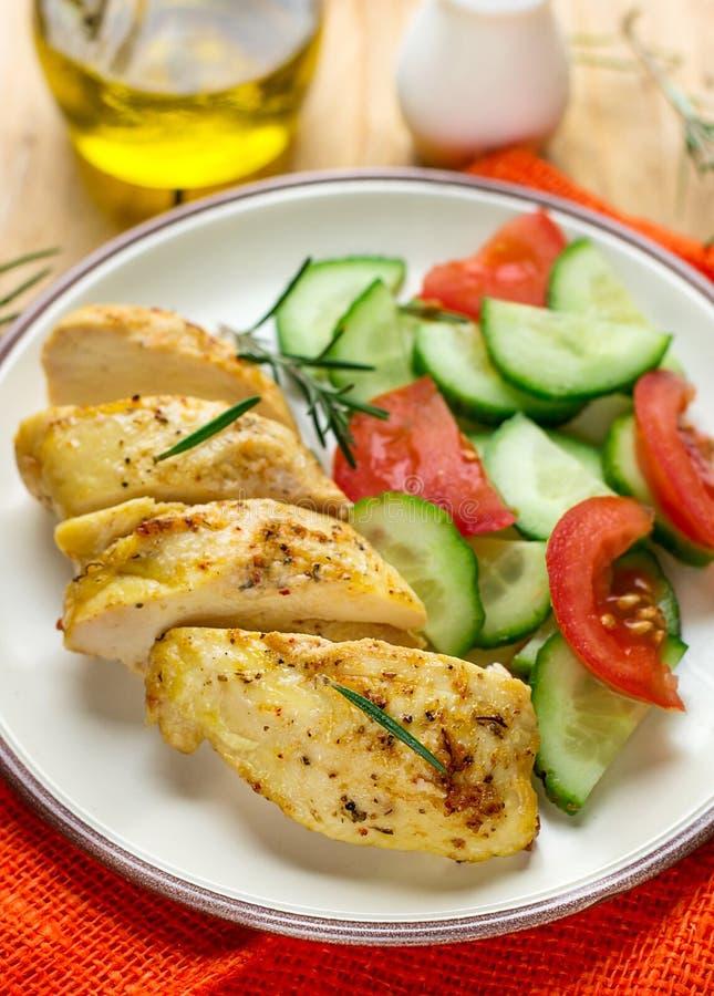 Gezonde oven gebakken kippenborst met mosterd en kruiden stock fotografie