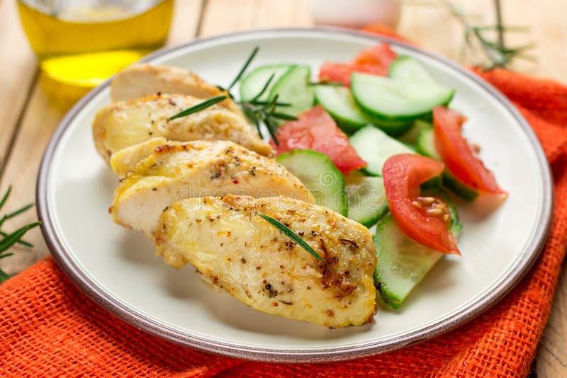Gezonde oven gebakken kippenborst met mosterd en kruiden royalty-vrije stock fotografie
