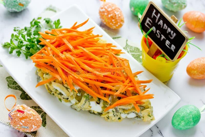 Gezonde Pasen behandelt idee - wortel gevormde die voorgerechtsalade met verse wortel en groene peterselie voor Pasen wordt verfr royalty-vrije stock foto