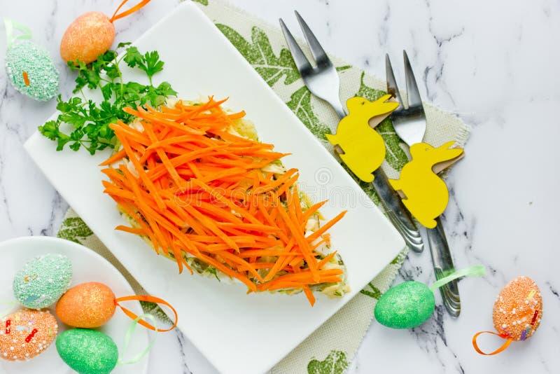 Gezonde Pasen behandelt idee - wortel gevormde verfraaide voorgerechtsalade met verse wortel en groene peterselie royalty-vrije stock afbeeldingen
