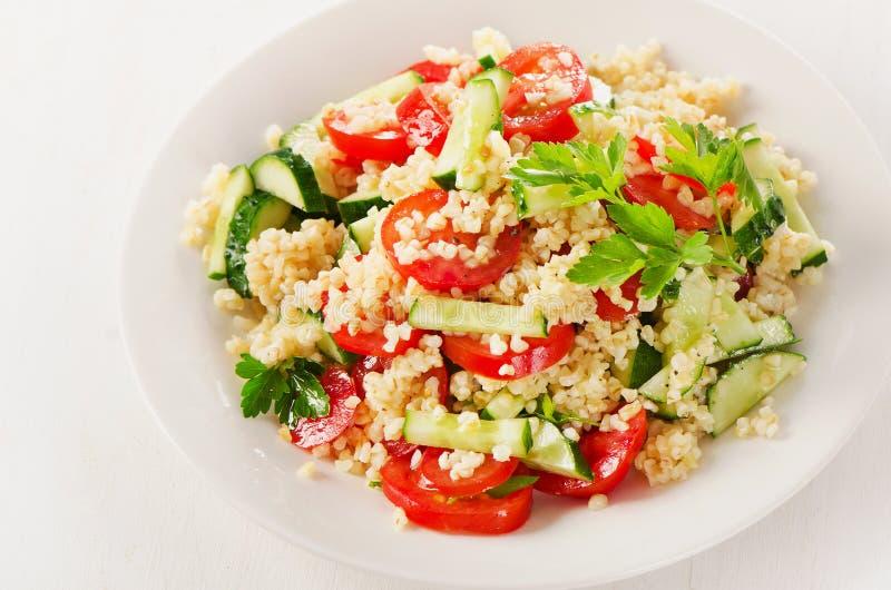 Gezonde plantaardige salade op witte plaat royalty-vrije stock afbeelding