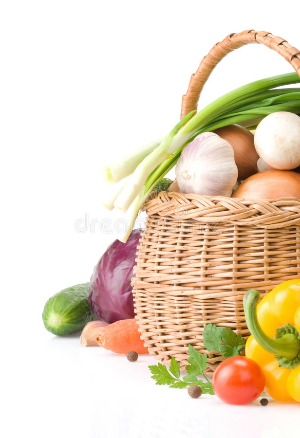 Gezonde plantaardige voedsel en mand op wit royalty-vrije stock afbeeldingen