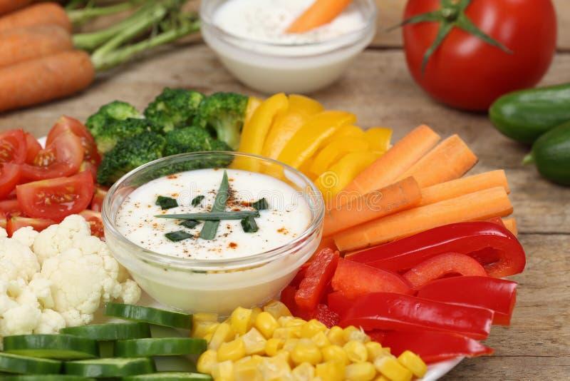 Gezonde plantaardige voedselplaat met yoghurtonderdompeling royalty-vrije stock foto