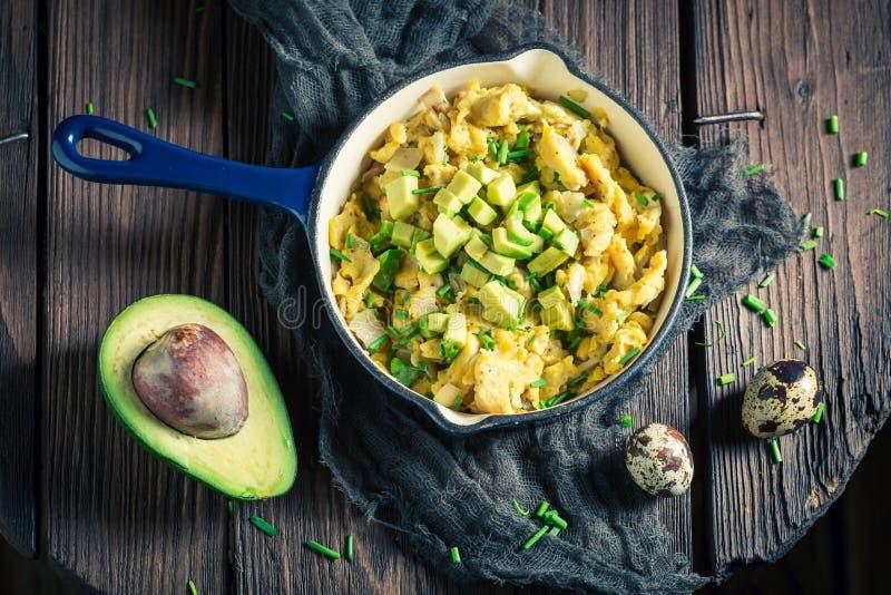Gezonde roereieren met avocado voor ontbijt royalty-vrije stock foto