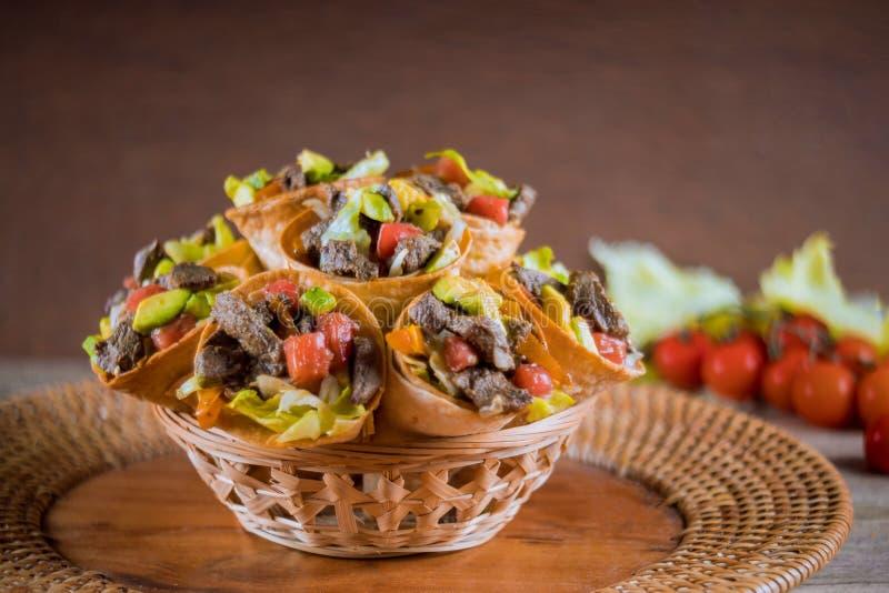 Gezonde rundvleessalade in tortillakegels in gezonnebaad royalty-vrije stock foto