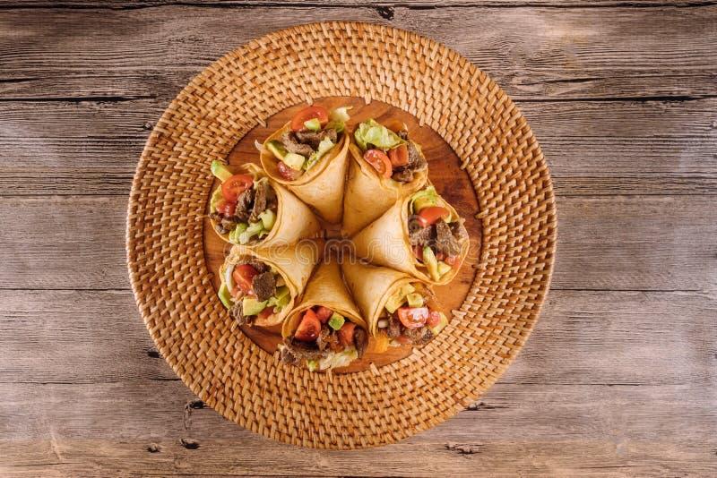 Gezonde rundvleessalade in tortillakegels in gezonnebaad stock fotografie