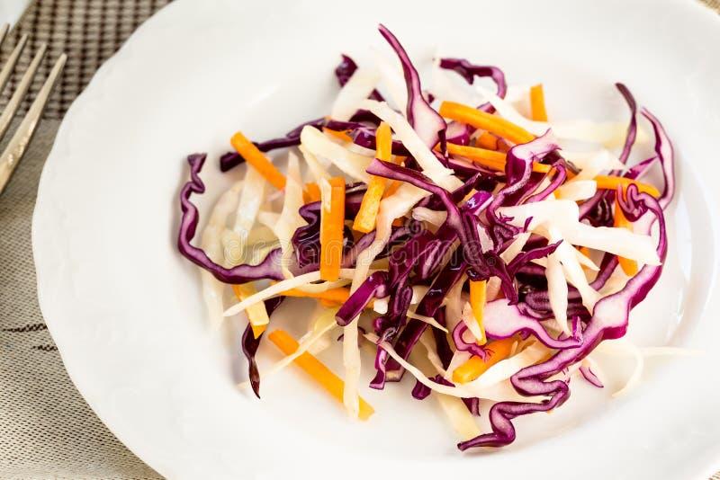Gezonde salade met groene, rode kool en wortel royalty-vrije stock afbeelding