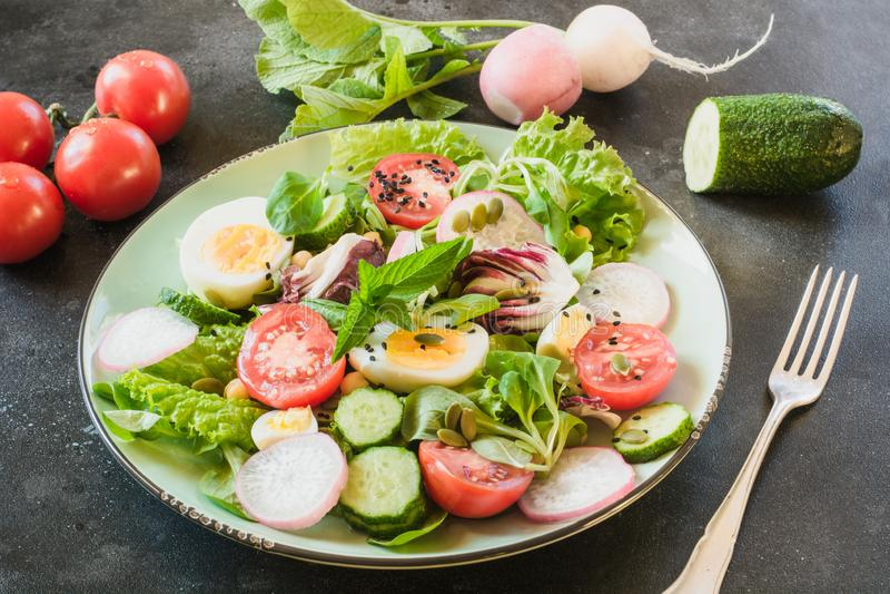 Gezonde salade met groenten en eieren op zwarte lijst Sluit omhoog, kopieer ruimte Uitgebalanceerd dieet voor gewichtsverlies stock foto's