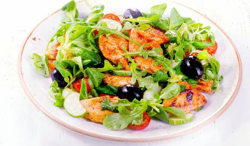 Gezonde salade met kip, arugula, komkommer en tomaat stock foto