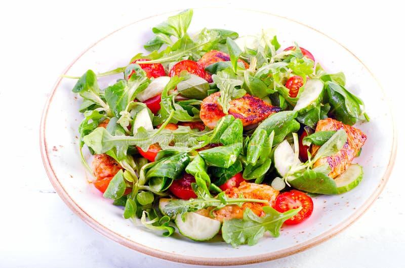 Gezonde salade met kippenborst, komkommer en tomaat stock afbeeldingen