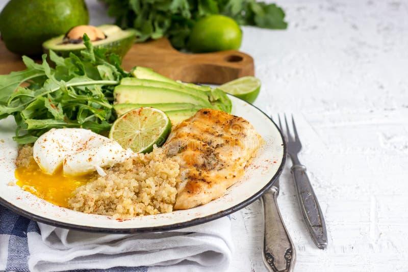 Gezonde saladekom met quinoa stock foto's