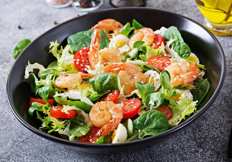 Gezonde Saladeplaat Vers zeevruchtenrecept Geroosterde garnalen en verse groentesalade en ei Geroosterde garnalen royalty-vrije stock afbeelding