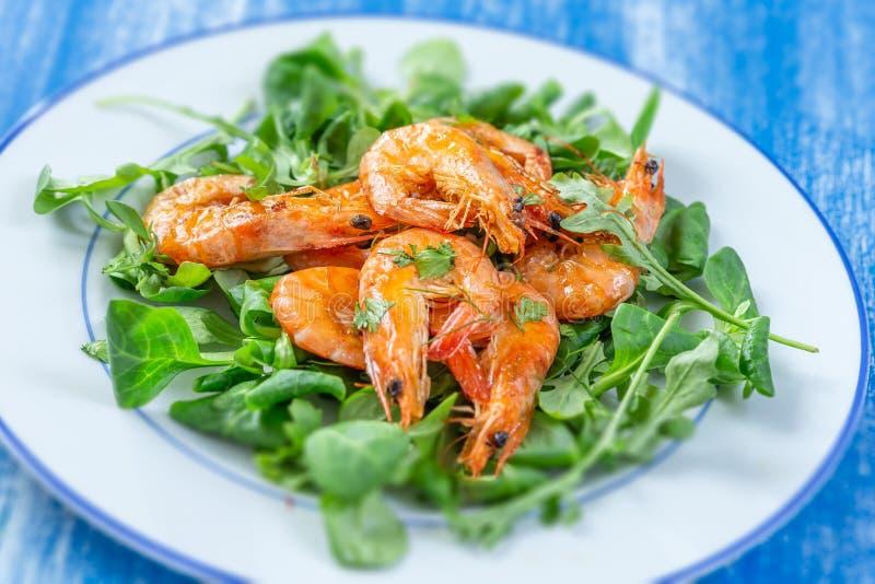 Gezonde Saladeplaat Vers zeevruchtenrecept Geroosterde garnalen en verse groentesalade Gezond voedsel Vlak leg Hoogste mening stock foto
