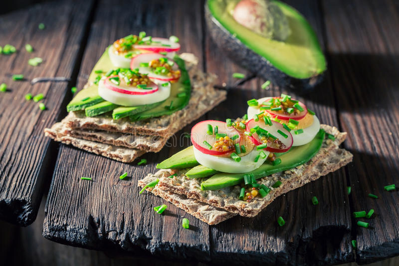 Gezonde sandwich met avocado, radijs en eieren royalty-vrije stock fotografie