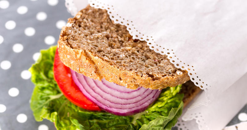 Gezonde Sandwich in Witboek royalty-vrije stock fotografie