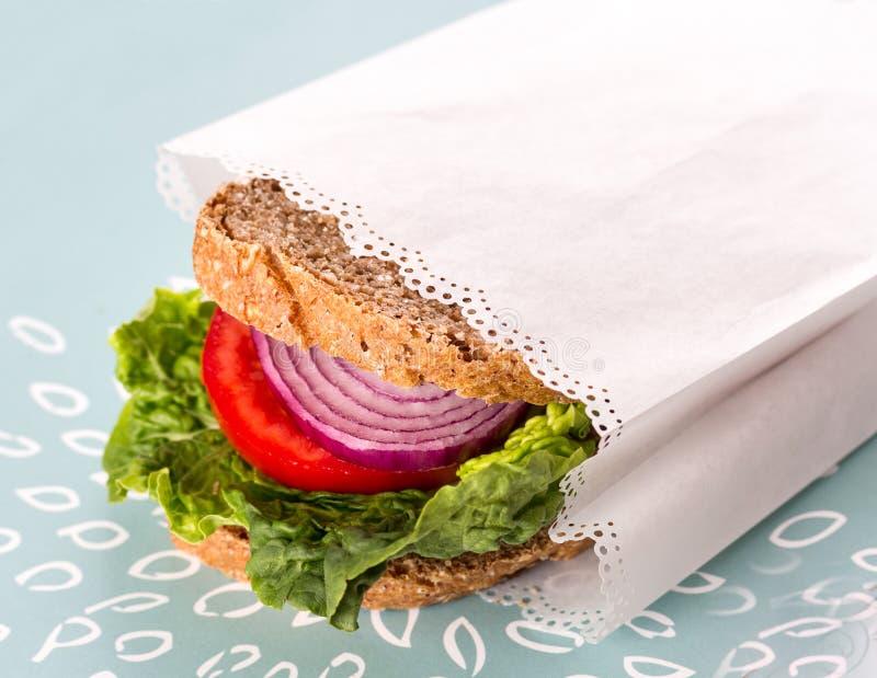 Gezonde Sandwich in Witboek royalty-vrije stock afbeelding