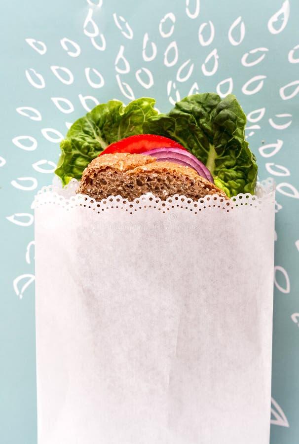 Gezonde Sandwich in Witboek royalty-vrije stock foto