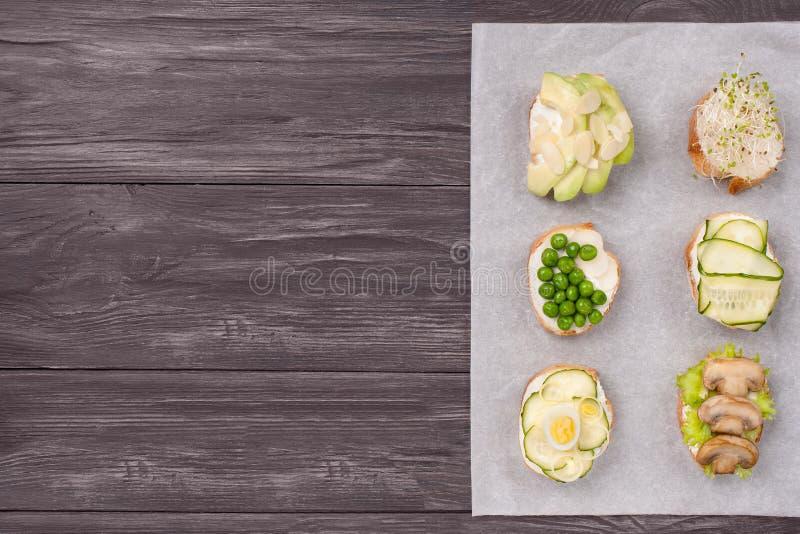 Gezonde sandwiches met groene groenten op houten achtergrond royalty-vrije stock foto