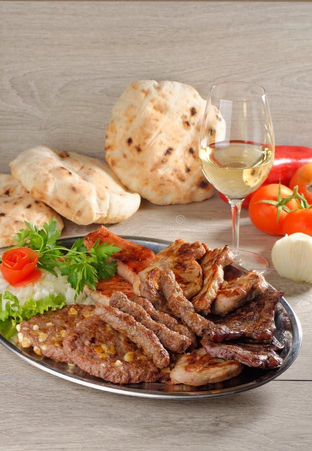 Gezonde schotel van gemengd vlees, Balkan voedsel stock foto's