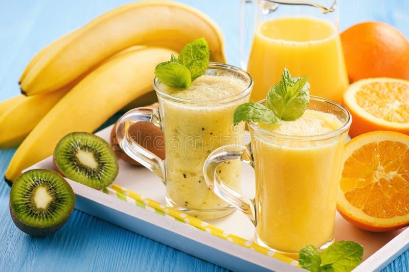 Gezonde smoothie met oranje fruit, kiwifruit en bananen royalty-vrije stock afbeelding
