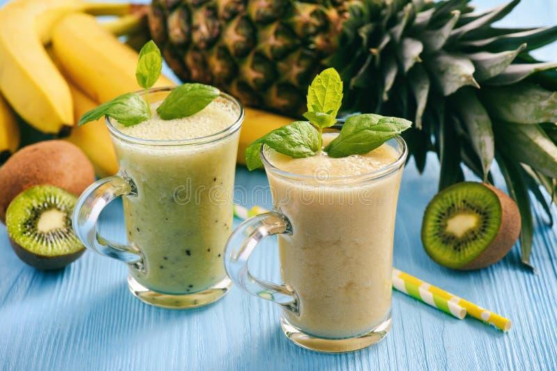 Gezonde smoothie met pineaple, kiwifruit en bananen stock fotografie