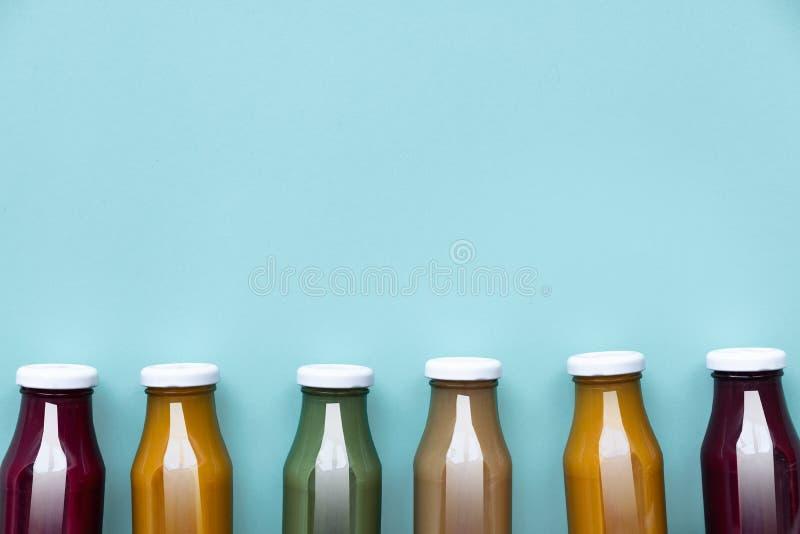 Gezonde smoothie op blauwe achtergrond - superfoods, detox, dieet, gezondheid, vegetarisch voedselconcept stock afbeeldingen