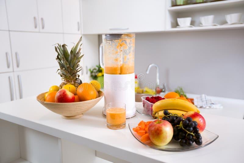 Gezonde smoothieingrediënten in mixer met vers fruit royalty-vrije stock fotografie