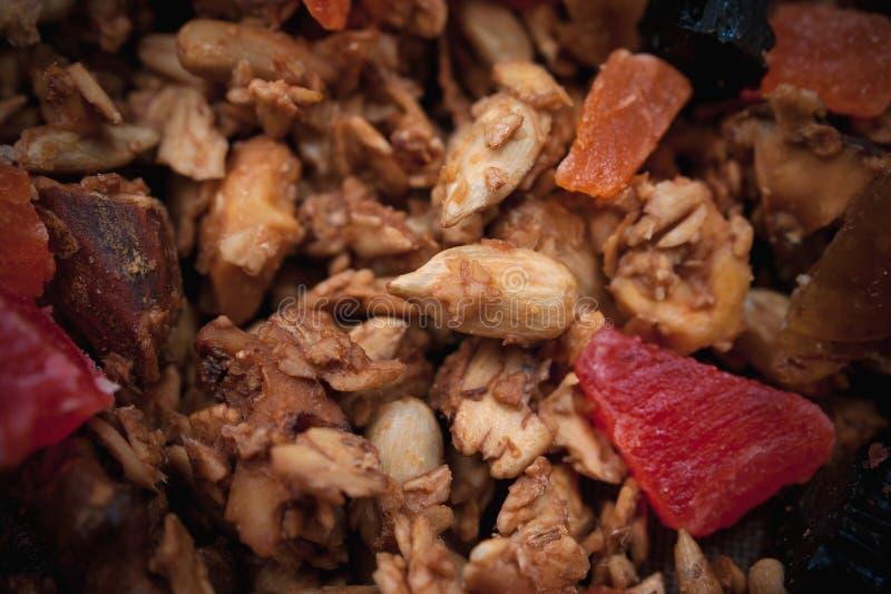 Gezonde Snack, Maaltijd Vers Geroosterd Organisch Eigengemaakt die Granola-Graangewas, Muesli met Honing, Noten en Kleurrijke Dro royalty-vrije stock afbeeldingen