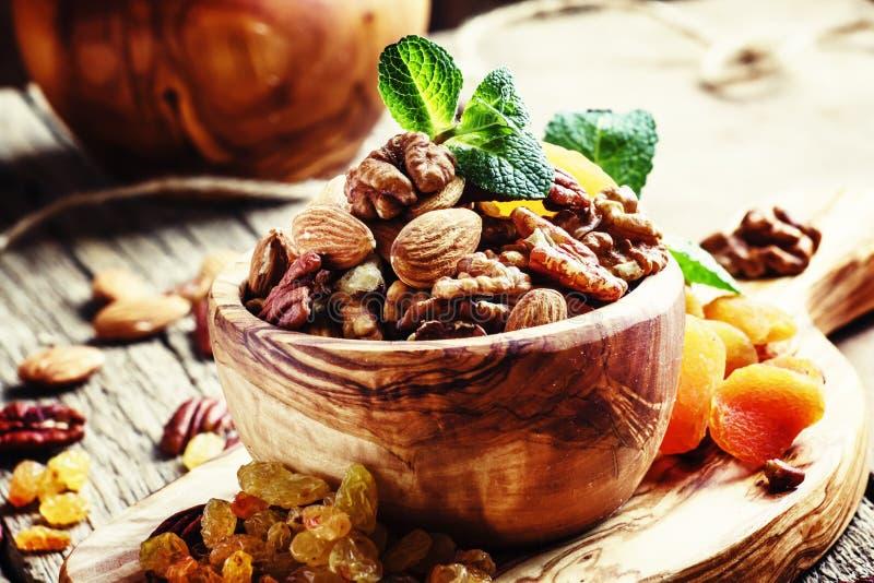 Gezonde snack: ruw die noten en gedroogd fruit, met munt worden verfraaid vi stock fotografie