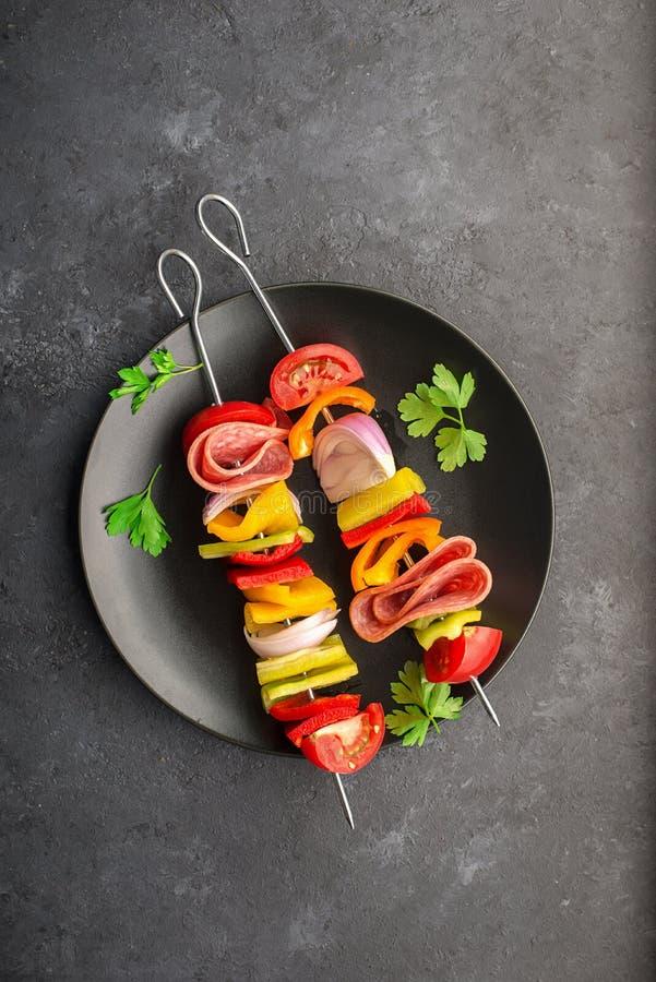 Gezonde Snack Vleespennen met groene paprika's, purpere uien, tomaten, worst stock afbeeldingen