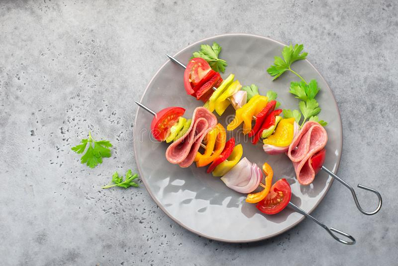 Gezonde Snack Vleespennen met groene paprika's, purpere uien, tomaten, worst royalty-vrije stock foto's