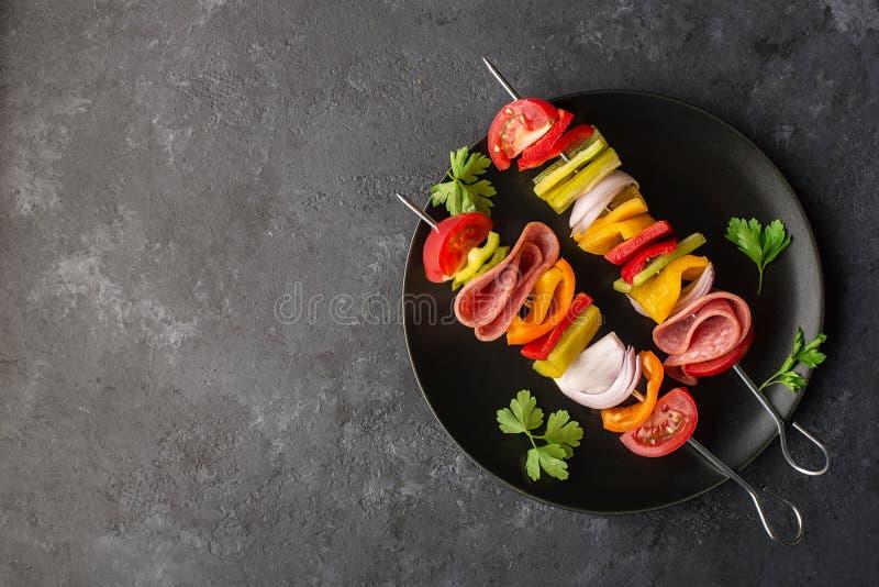 Gezonde Snack Vleespennen met groene paprika's, purpere uien, tomaten, worst royalty-vrije stock afbeelding