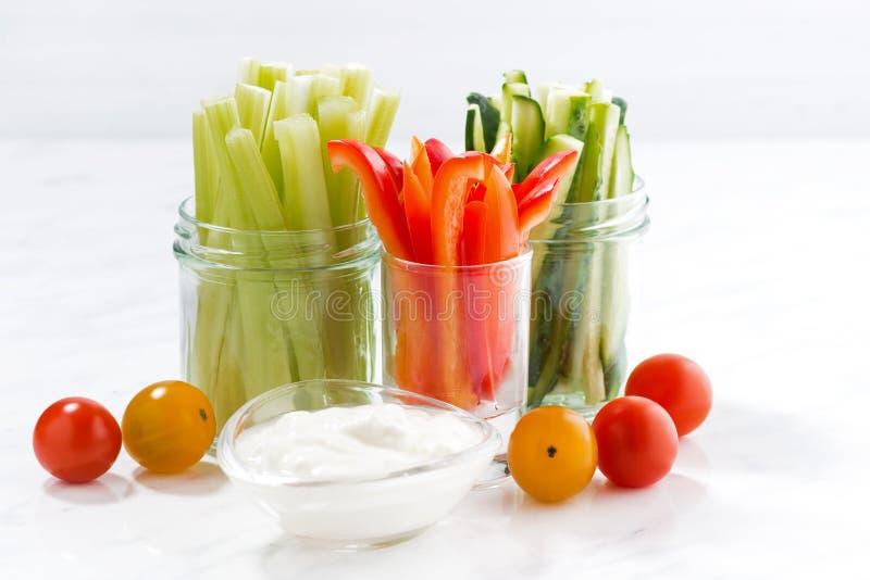 gezonde snacks, gemengde groenten en yoghurt op een witte lijst stock afbeeldingen