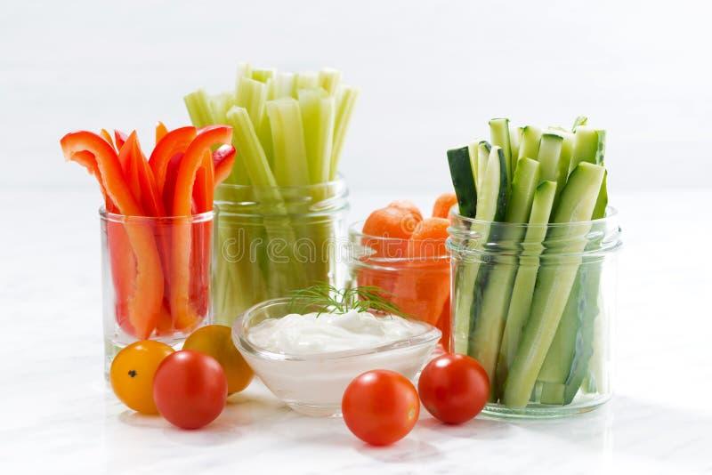 gezonde snacks, gemengde groenten en yoghurt op witte achtergrond royalty-vrije stock afbeelding