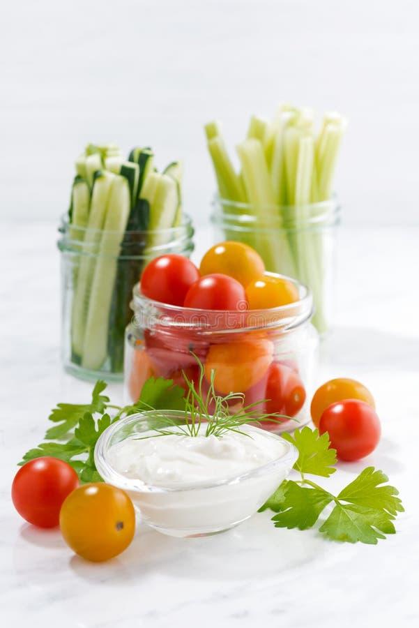 gezonde snacks, gemengde groenten en yoghurt op witte achtergrond royalty-vrije stock fotografie