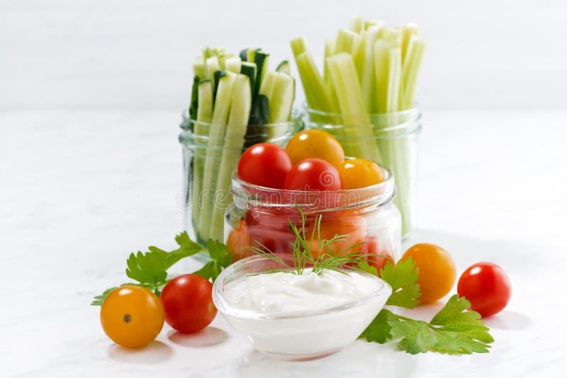 gezonde snacks, gemengde groenten en yoghurt op witte achtergrond royalty-vrije stock foto