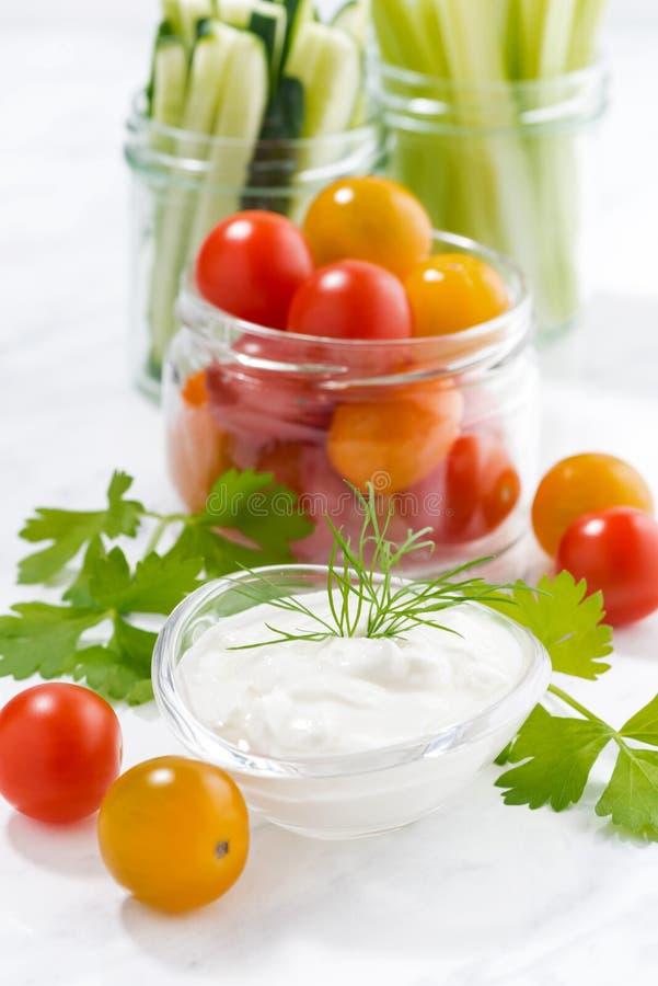gezonde snacks, gemengde groenten en yoghurt op witte achtergrond royalty-vrije stock afbeeldingen