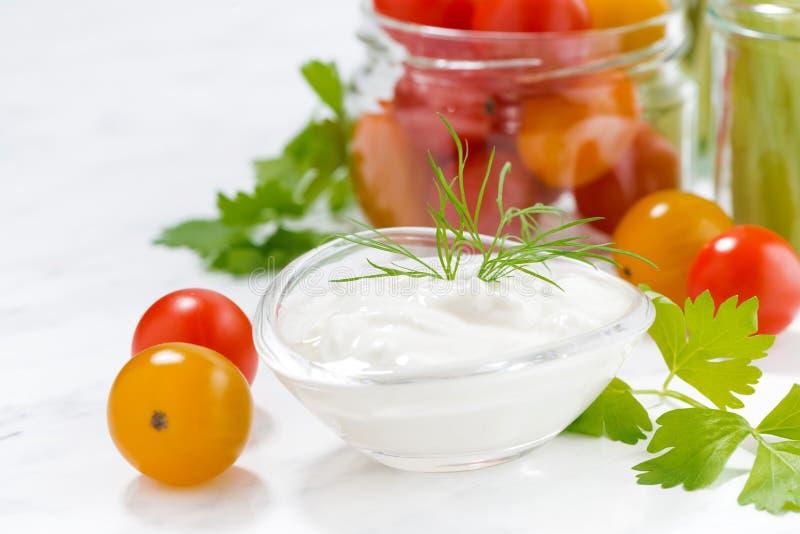 gezonde snacks, gemengde verse groenten en yoghurt stock afbeelding