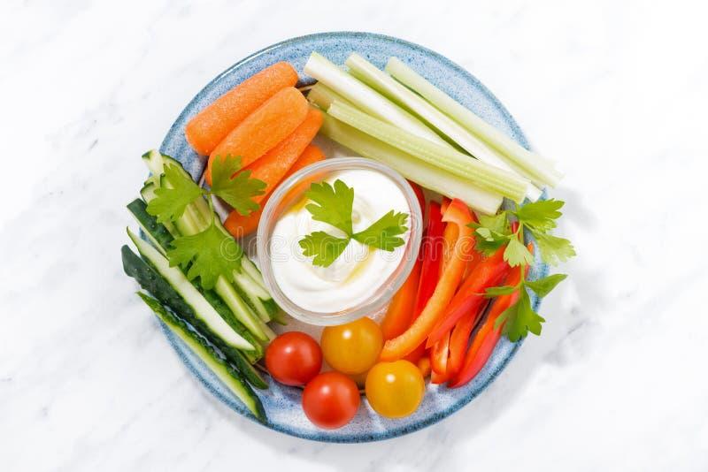 Gezonde snacks, gemengde verse groenten en yoghurt op een plaat royalty-vrije stock afbeeldingen