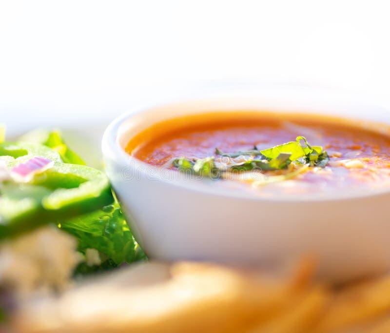 Gezonde soep en salade, Tomatensoep royalty-vrije stock afbeeldingen