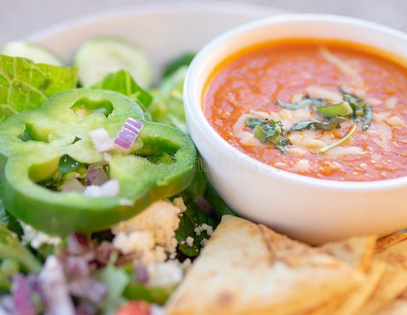 Gezonde soep en salade, Tomatensoep stock foto