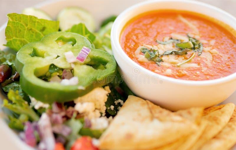Gezonde soep en salade, Tomatensoep stock afbeelding