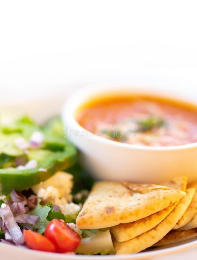 Gezonde soep en salade, Tomatensoep stock fotografie