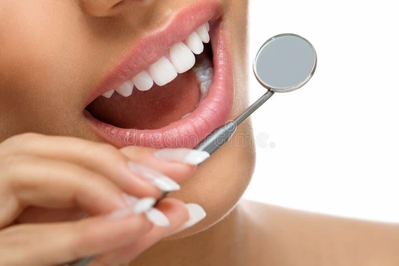Gezonde tanden en spiegel stock foto's