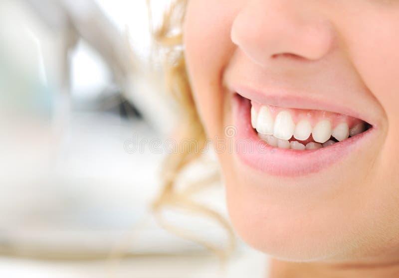 Gezonde tanden, mooie glimlach, jonge vrouw stock afbeeldingen